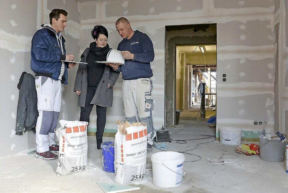 Der Innenausbau kommt sichtbar voran. Bauherrin Katharina Jehne spricht hier mit Malermeister Thomas Tischinger-Reincke (l.) und Maler Enrico Klimpel die nächsten Arbeitsschritte ab. Foto: Steffen Rasche/str1